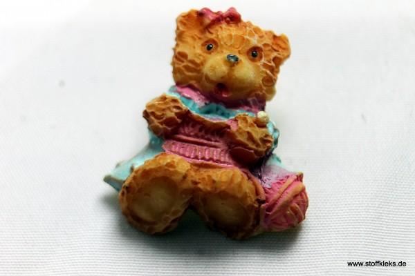 Knopf | Kunststoff | strickender Teddy | Öse | 2,2 x 1,7 cm