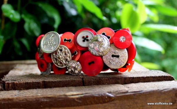 Knopfarmband von der Marke B.E.A. | rot/silbern