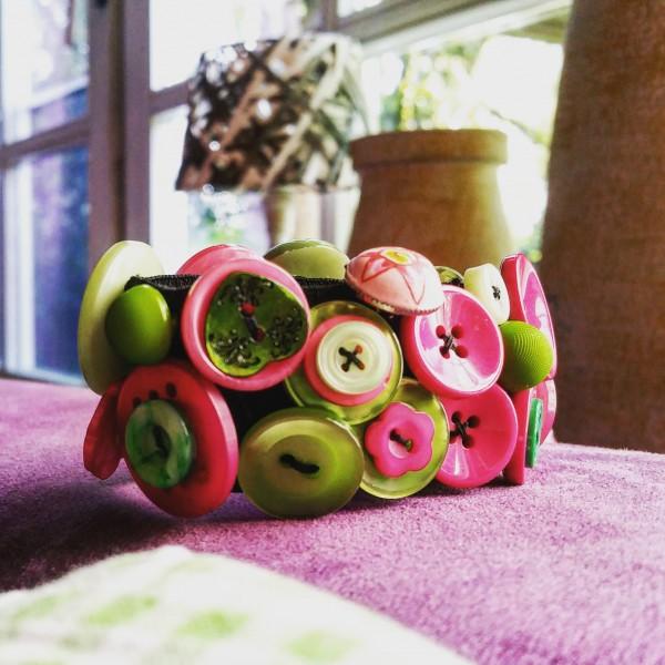 Knopfarmband von der Marke B.E.A. | pink/grün